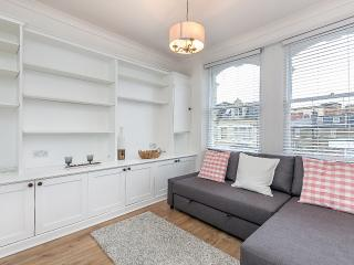 Kensington flat for 4-5 to sleep, London
