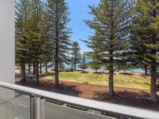 Unwind @ Breeze 25 Prime Beachfront Location w Balcony Living, Victor Harbor