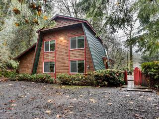 Charming, dog-friendly, Mt. Hood cabin with firepit and hot tub!, Welches