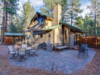 Cute cabin with wonderful community amenities - including a shared pool!