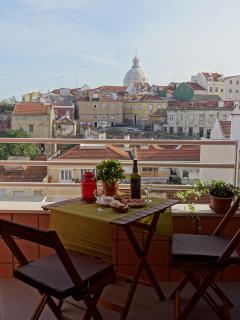 Das varandas e janelas vemos o rio Tejo, o bairro da Graça e o Panteão Nacional . Lindo!!!