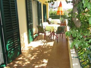 Comfort apartment 6+1 with balcony, great location, Makarska