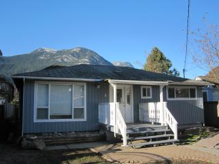 RENOVATED !  Detached bungalow, perfect for 2 cpls, Squamish