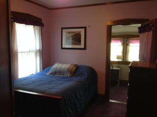 Humphrey Homestay - Purple Bedroom, Oak Park