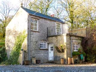 STABLE BOYS COTTAGE, detached, ground floor bedroom, WiFi, balcony, Burton-in-Kendal, Ref 903928