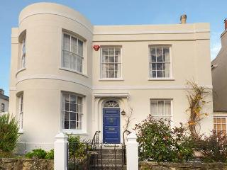 BURFORD HOUSE, spacious Georgian villa, garden, close beach, Ryde Ref 917394