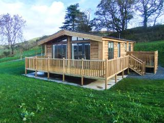 SWALLOW LODGE, detached wooden lodge, all ground floor, en-suites, hot tub, in Montgomery, Ref 918242