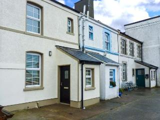 4 THE COASTGUARD STATION, multi-fuel stove, close to beach, lawned garden, off r