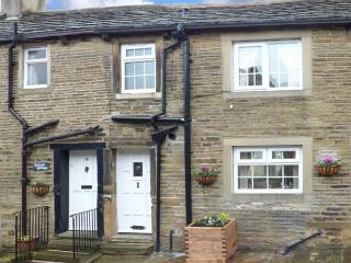 OWL COTTAGE, stone-built, terraced, super king-size bed, romantic retreat, in Haworth, Ref 925170