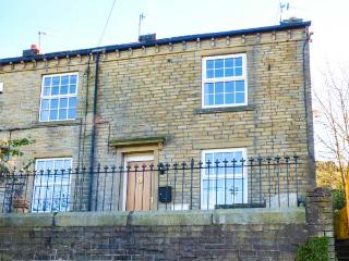 APPLE HOUSE COTTAGE, woodburner, pet-friendly, garden, walks from the door, in Luddenden, Hebden Bridge, Ref 927544