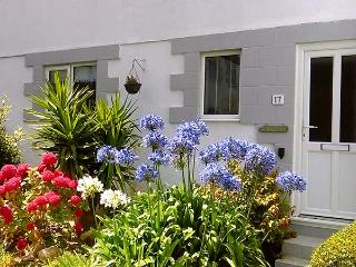 SUNSEEKERS, pet-friendly cottage, enclosed garden, off road parking, WiFi, in Ha