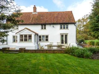 THE WHITE COTTAGE, detached, AGA, WiFi, off road parking, garden, in Birdham