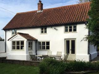 THE WHITE COTTAGE, detached, AGA, WiFi, off road parking, garden, in Birdham, Re