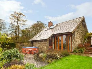 THE CWTCH, converted barn, super king-size bed, woodburner, hot tub, Llanbister, Ref 928847