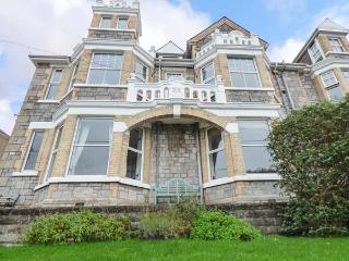 CAPTAIN'S QUARTERS, spacious dog-friendly apartment, garden, WiFi, open fire, in Perranporth Ref 930191