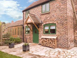 TRAM COTTAGE, pet-friendly cottage with hot tub, woodburner, Bridgnorth, Ref. 92