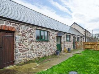 THE LONG BARN, barn conversion, en-suites, woodburner, enclosed garden, Little Haven, Ref 930622