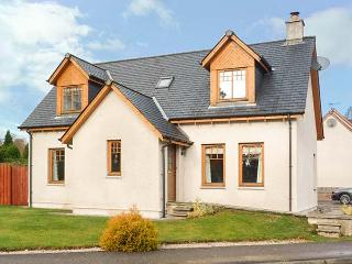 HAVEN, woodburner, private enclosed garden, WiFi, in National Park, Newtonmore, Ref 930533