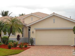 Inviting pet friendly pool home 1/2 mile from Red Sox Training!, Fort Myers
