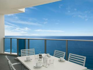STUNNING OCEAN VIEWS, 100 METRES FROM BEACH, Surfers Paradise