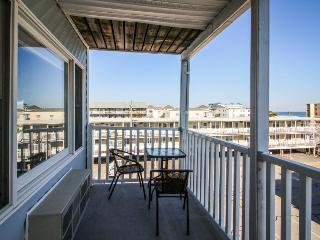Cozy and colorful beach getaway with peek-a-boo ocean views!, Ocean City