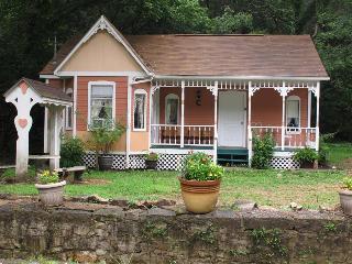 Cottages On Main Street, #5 Peach, 2 Person Spa Tub, Trolley, 5 Blocks to Downtown (flat walk), Eureka Springs