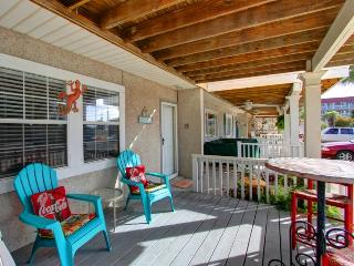 Adorable 2 Bedroom, 1 1/2 Bath Townhouse Located in Downtown Tybee, Steps to Pier!!, Savannah