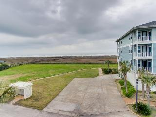 Beachside, pet-friendly condo, close to Beach Club and sand!, Galveston