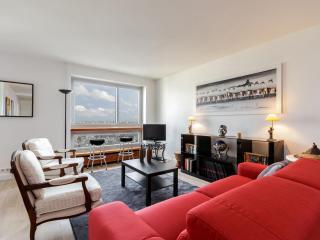 Eiffel Tower River Seine apartment in 15eme - Seine with WiFi & lift.