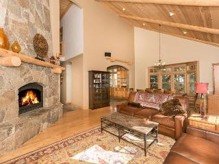 Knotty Pine - Gorgeous 3 BR home in Martis Woods Estates with Hot Tub!, Truckee