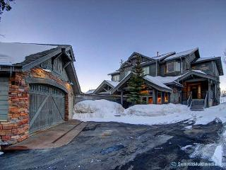 Mountain Views from Back Deck – Luxury Home for 16, Silverthorne