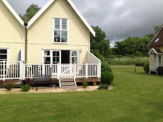 Lovely Lakeside Lodge, Cheltenham