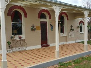 Must Love Dogs Bed and Breakfast Cottage,2 suites, Rutherglen