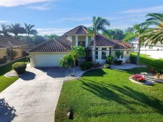 Villa Lori~ Gulf Access sleeps 6 ~ Heated Pool ~ Spring Discounts!!, Cape Coral