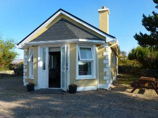 TI SHEAMUIS, detached cottage, woodburner, sea views, in Cashel, Carna, Ref 928470