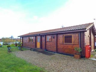 BITTERN LODGE, on holiday park, on-site facilities, private hot tub, parking, in Tattershall, Ref 931209