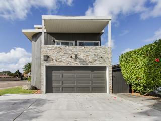 Bright & open modern duplex 5 minutes from beach w/ elegant interior & kitchen!, Del Mar