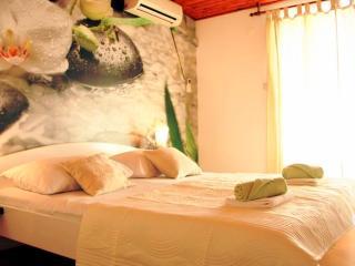 Modern double room with balcony, great location, Makarska