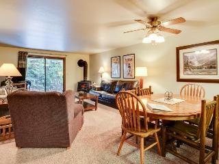 Comfy condo w/golf views, shared pool & hot tub, nearby ski and lake access!, McCall