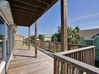 Beachside Home in Pirates Beach with Country Club Access! 4/3 Sleeps 10, Galveston