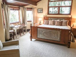 Spacious Golf Course Townhome less than a mile from Vail Village