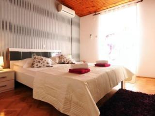 Modern tripple room with balcony, great location, Makarska