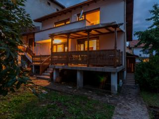 Chalet set close to ski lifts in Bansko with cozy atmosphere. Sleeps 12. Sauna!