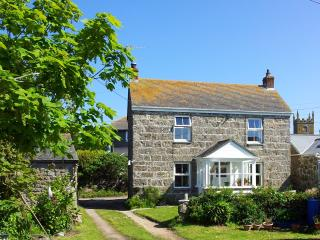 Cosy fisherman cottage by coastal paths & beaches, Sennen
