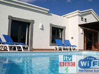 Villa Playa Blanca with heated Pool & free wifi,