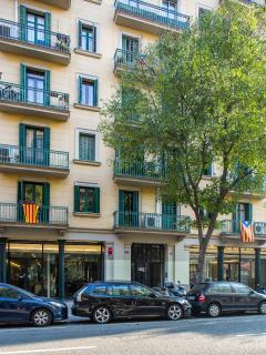 Building's facade, 10 min walking to Paseo de Gracia and 15 min to Pl. Catalunya