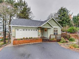Modern 3 BR house w/room for 12, close to everything in town, Lincoln City