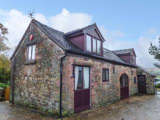 THE BARN, stone-built, detached cottage, enclosed lawned garden, pet-friendly, horse stables on-site, Leek, Ref 925155