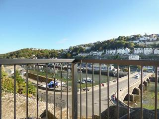 RIVERCREST, open plan cottage with balcony, close to the beach, in Looe, Ref 930027