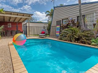 AC, pets, Foxtel, wifi, 1min walk to beach, table tennis ~ Surf Club House